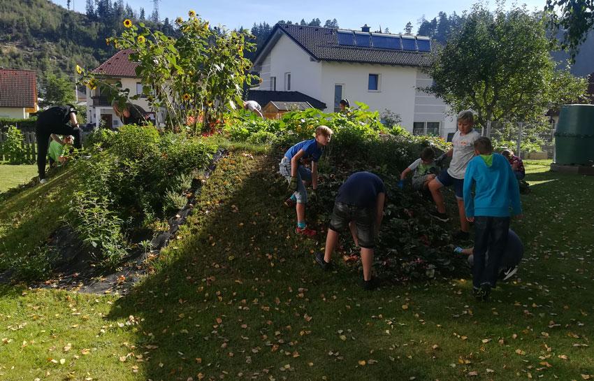 Herbstarbeit im Schulgarten